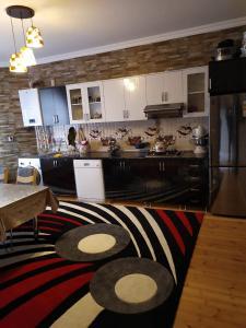 A cozinha ou cozinha compacta de Qabala Klassik Villa