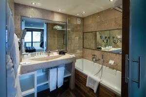 A bathroom at Hotel Koh-I Nor Val Thorens