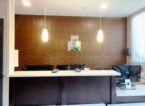 The lobby or reception area at Wingate by Wyndham JFK Airport, Far Rockaway NY