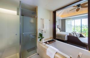 Ein Badezimmer in der Unterkunft Anantara Layan Phuket Resort - SHA Plus