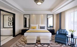 سرير أو أسرّة في غرفة في voco - Riyadh, an IHG Hotel