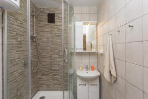 A bathroom at Metro Krasny Prospekt Apartment