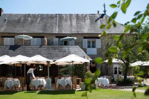 A restaurant or other place to eat at Le Manoir du Lys, The Originals Relais (Relais du Silence)