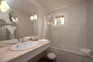 A bathroom at Le Manoir du Lys, The Originals Relais (Relais du Silence)