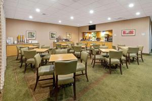 A restaurant or other place to eat at La Quinta Inn by Wyndham Phoenix North