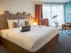 A bed or beds in a room at Mercure Aix-les-Bains Domaine de Marlioz Hôtel & Spa