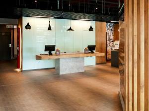 Una cocina o zona de cocina en Ibis Hotel Alicante