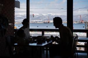 Ein Restaurant oder anderes Speiselokal in der Unterkunft HakoBA Hakodate by THE SHARE HOTELS