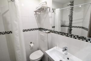 A bathroom at Hotel des Pyrénées