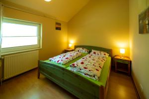 A bed or beds in a room at Ferienhaus Vergissmeinnicht