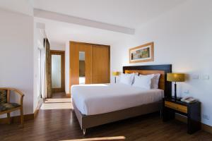 A bed or beds in a room at Hotel Quarteirasol