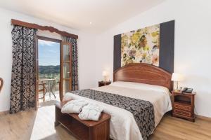 Ein Bett oder Betten in einem Zimmer der Unterkunft Monnaber Nou Finca Hotel & Spa