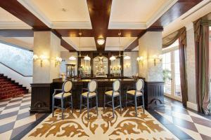 Un restaurante o sitio para comer en PortAventura Lucy's Mansion - Includes PortAventura Park Tickets