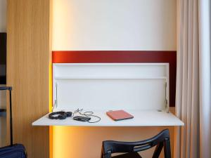 A kitchen or kitchenette at ibis budget Oostende Airport