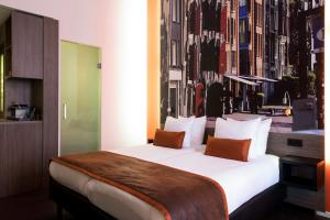 A bed or beds in a room at The Manor Amsterdam