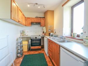 A kitchen or kitchenette at 2 Pittengardner Cottage