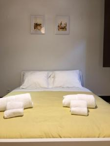 A bed or beds in a room at Baixa Apart