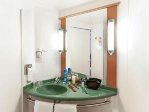 A bathroom at Ibis Murcia