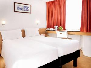 A bed or beds in a room at ibis Hong Kong North Point
