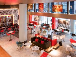 The lounge or bar area at Ibis Den Haag City Center