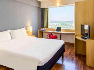 A bed or beds in a room at ibis Guarulhos