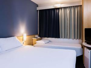 A bed or beds in a room at ibis Vitoria Aeroporto