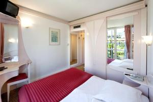 A bed or beds in a room at Hotel Zorna Plava Laguna