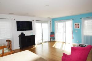 A television and/or entertainment centre at Malibu Private Beach Apartments