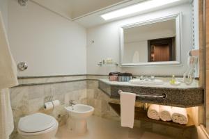 A bathroom at Slaviero Essential Curitiba Centro