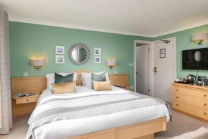 A bed or beds in a room at Hotel Penzance