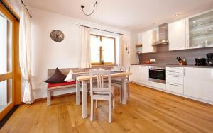 A kitchen or kitchenette at Ferienhaus Alpinissimo
