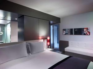 Ein Bett oder Betten in einem Zimmer der Unterkunft Sofitel Munich Bayerpost