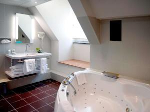 Salle de bains dans l'établissement Mercure Abbeville Centre – Porte de La Baie de Somme