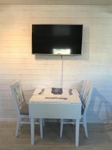 En tv och/eller ett underhållningssystem på Sjöboa Björkö - Sea Lodge