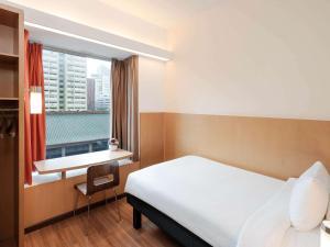 Ein Bett oder Betten in einem Zimmer der Unterkunft Ibis Singapore on Bencoolen (SG Clean)