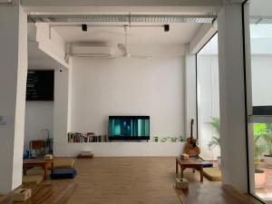 A television and/or entertainment center at Onederz Hostel Phnom Penh