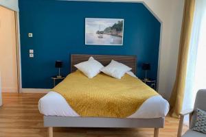 A bed or beds in a room at Magnifique studio avec Balcon-Vieux Port-Panier