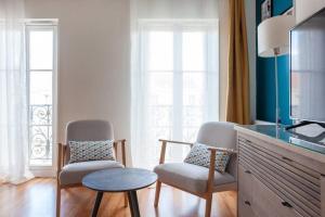 A seating area at Magnifique studio avec Balcon-Vieux Port-Panier