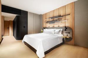 A bed or beds in a room at PARKROYAL COLLECTION Marina Bay SGClean and Staycation Approved