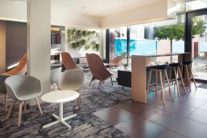 The lounge or bar area at Novotel Lausanne Bussigny