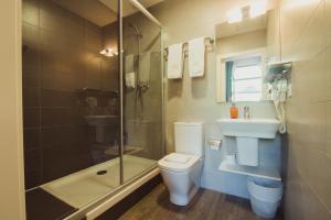 A bathroom at Hostal Live Barcelona