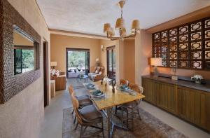 A restaurant or other place to eat at Anantara Sir Bani Yas Island Al Sahel Villas
