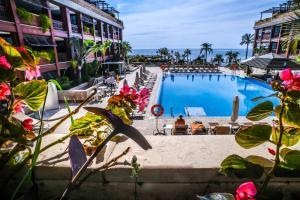 Utsikt över poolen vid GRAN HOTEL GUADALPIN BANUS, Marbella eller i närheten