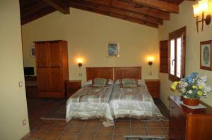 A bed or beds in a room at Casa Rural El Colorao