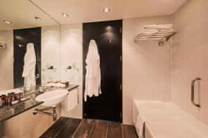 A bathroom at SkyCity Hotel Auckland