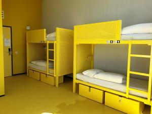 Un ou plusieurs lits superposés dans un hébergement de l'établissement WOW Amsterdam Hostel