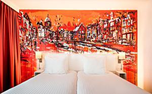 Een bed of bedden in een kamer bij WestCord Art Hotel Amsterdam 3 stars