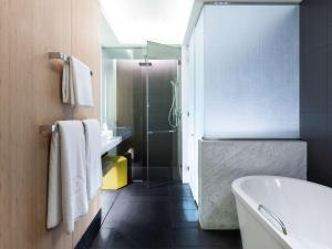 A bathroom at Sofitel Dubai Downtown
