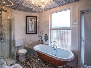 A bathroom at Mercure Nottingham City Centre Hotel