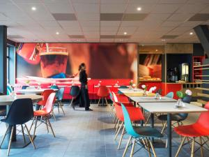 A restaurant or other place to eat at ibis Rotterdam City Centre